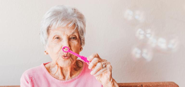 innovaties binnen de ouderenzorg oude dame in roze