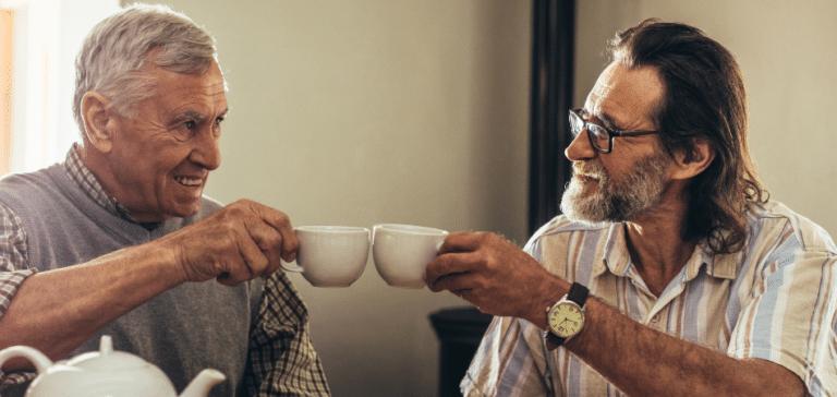 financiering maatschappelijk herstel twee ouderen mannen drinken koffie